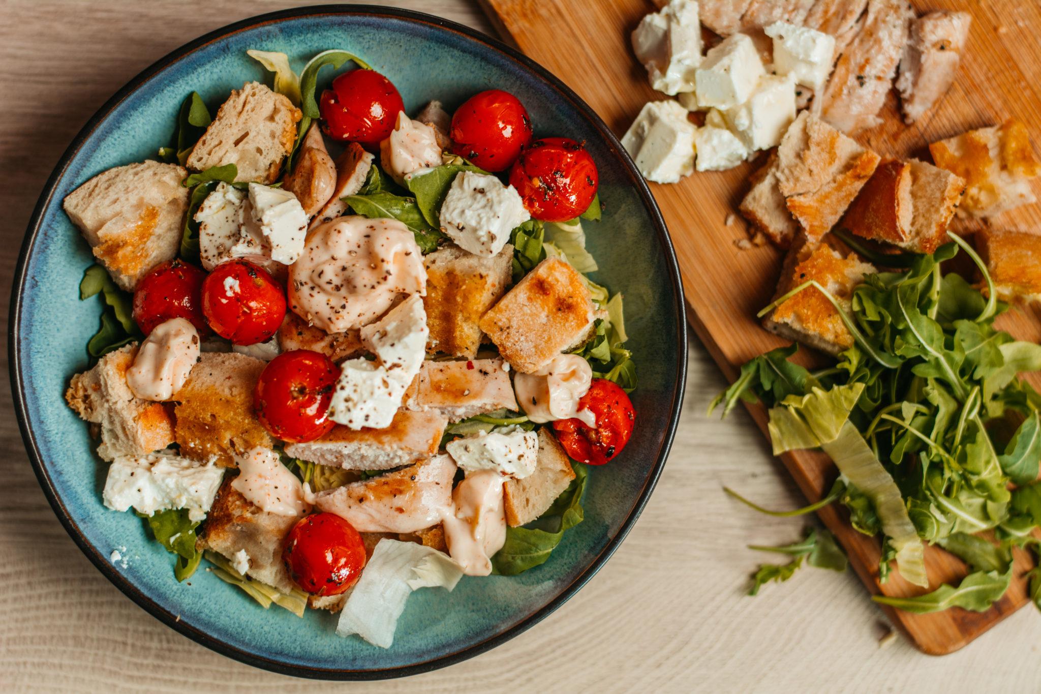 salata sa grilovanim ceri paradajzom i piletinom